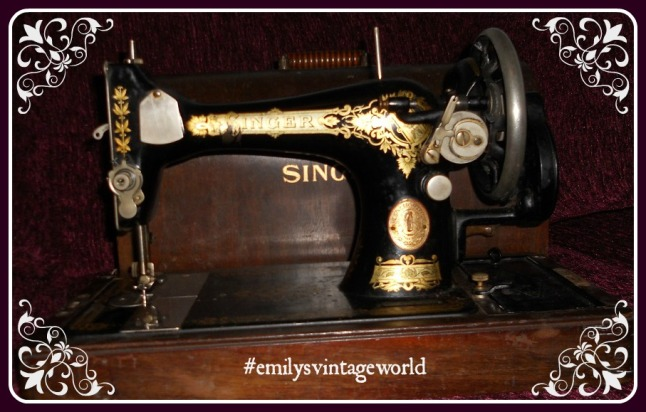A vintage Singer sewing machine in all its beauty!
